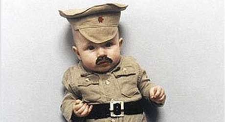 Roční Faustina oblečená jako Stalin.